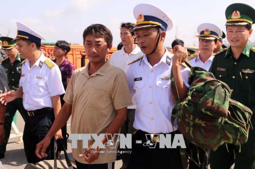 Tàu hải quân cứu nạn 7 ngư dân bị chìm tàu trên biển
