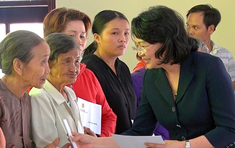Phó Chủ tịch nước tặng quà gia đình chính sách, học sinh khó khăn tại Quảng Nam