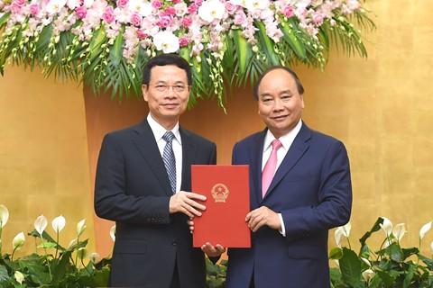Trao Quyết định giao quyền Bộ trưởng Bộ Thông tin và Truyền thông cho đồng chí Nguyễn Mạnh Hùng