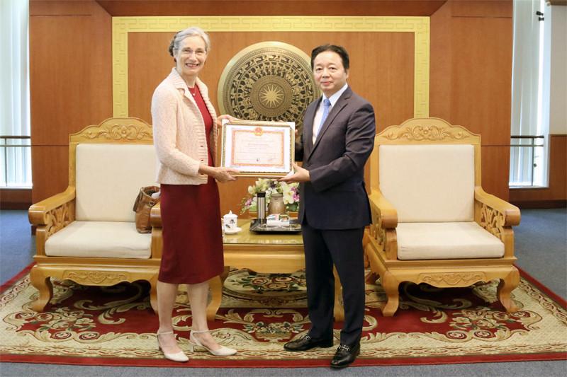 Trao kỷ niệm chương Vì sự nghiệp tài nguyên và môi trường cho Đại sứ Hà Lan tại Việt Nam