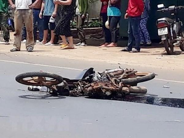Xe máy va chạm với ôtô, hai mẹ con thiệt mạng