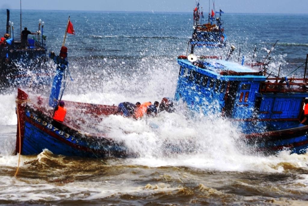 Tàu cá của ngư dân Quảng Ngãi liên tiếp bị chìm do thời tiết xấu  