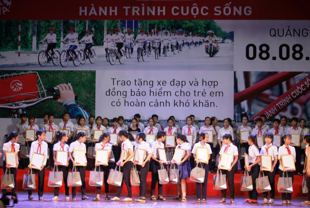 Chia sẻ yêu thương cho trẻ em có hoàn cảnh khó khăn ở Quảng Ngãi