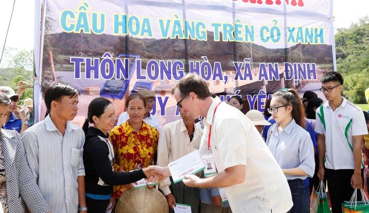 Đóng góp xây dựng cầu và hỗ trợ bà con vùng rốn lũ Phú Yên