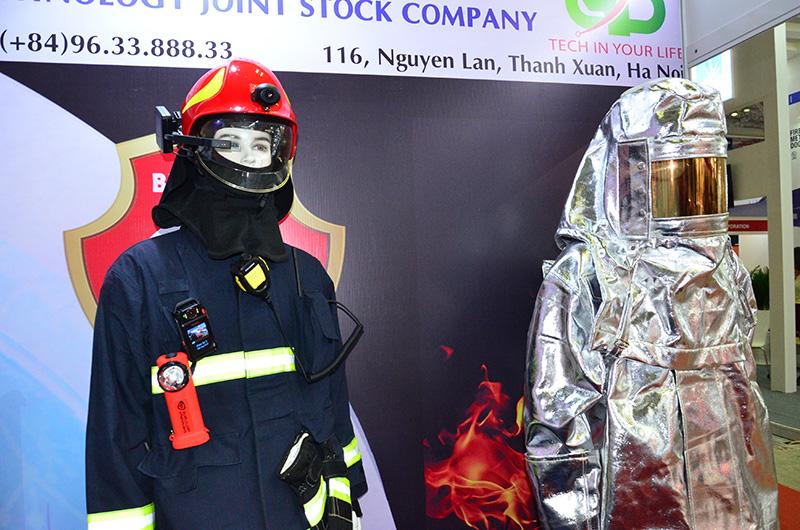 Trưng bày phương tiện, công nghệ phòng cháy, chữa cháy hiện đại