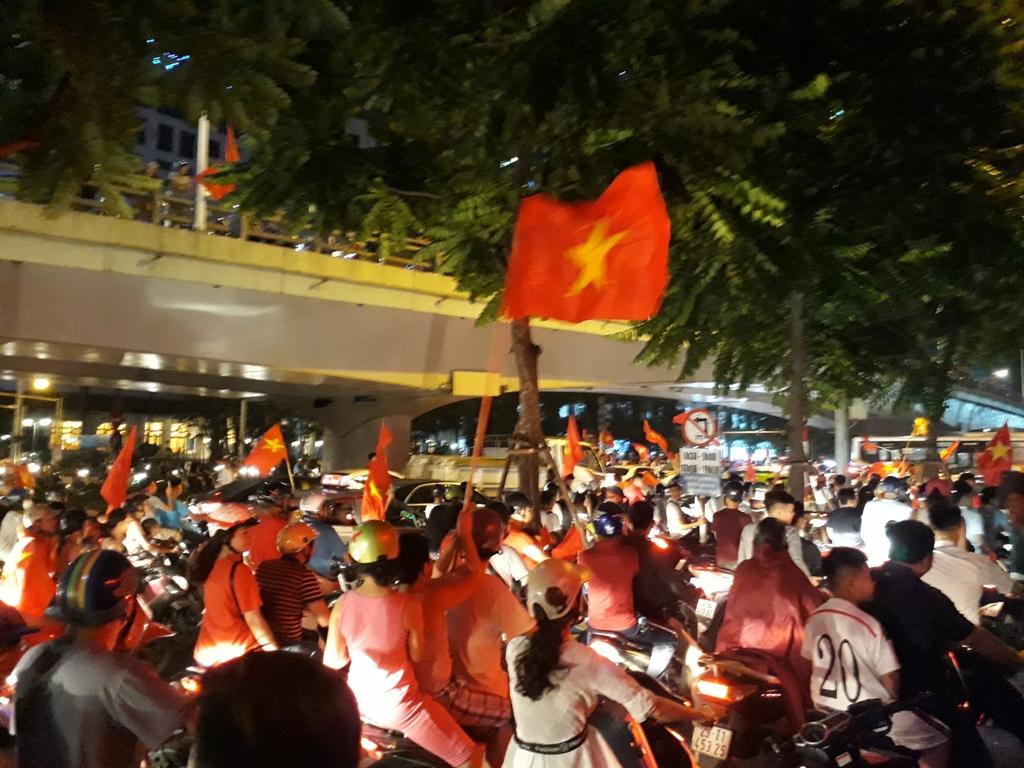 Hà Nội rợp màu cờ mừng chiến thắng của Olympic Việt Nam