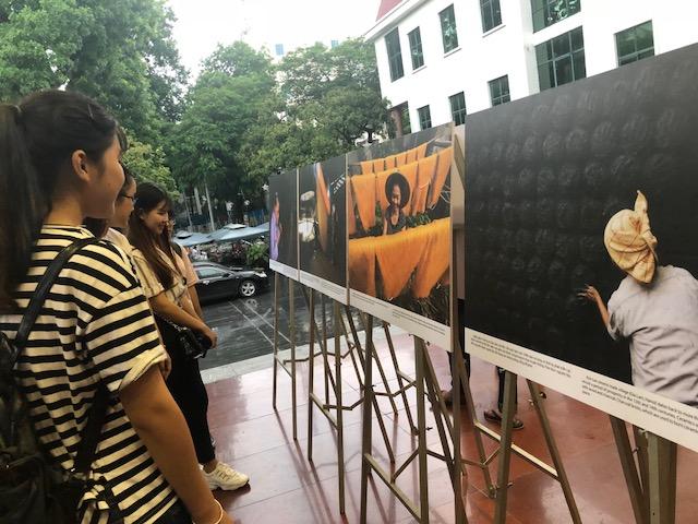 """""""Sắc màu cuộc sống"""" khắc họa vẻ đẹp người phụ nữ Việt Nam"""
