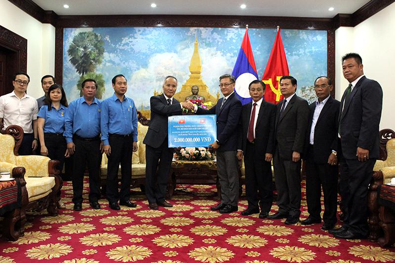 Bộ Công Thương trao 2 tỷ đồng ủng hộ nhân dân Lào bị thiệt hại do sự cố vỡ đập thủy điện