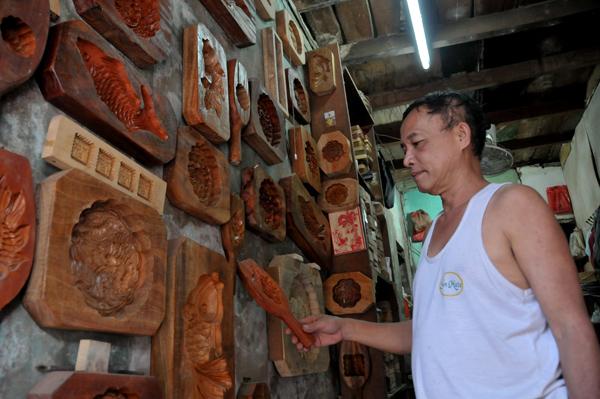 Người thợ 40 năm gắn bó với nghề làm khuôn bánh trung thu