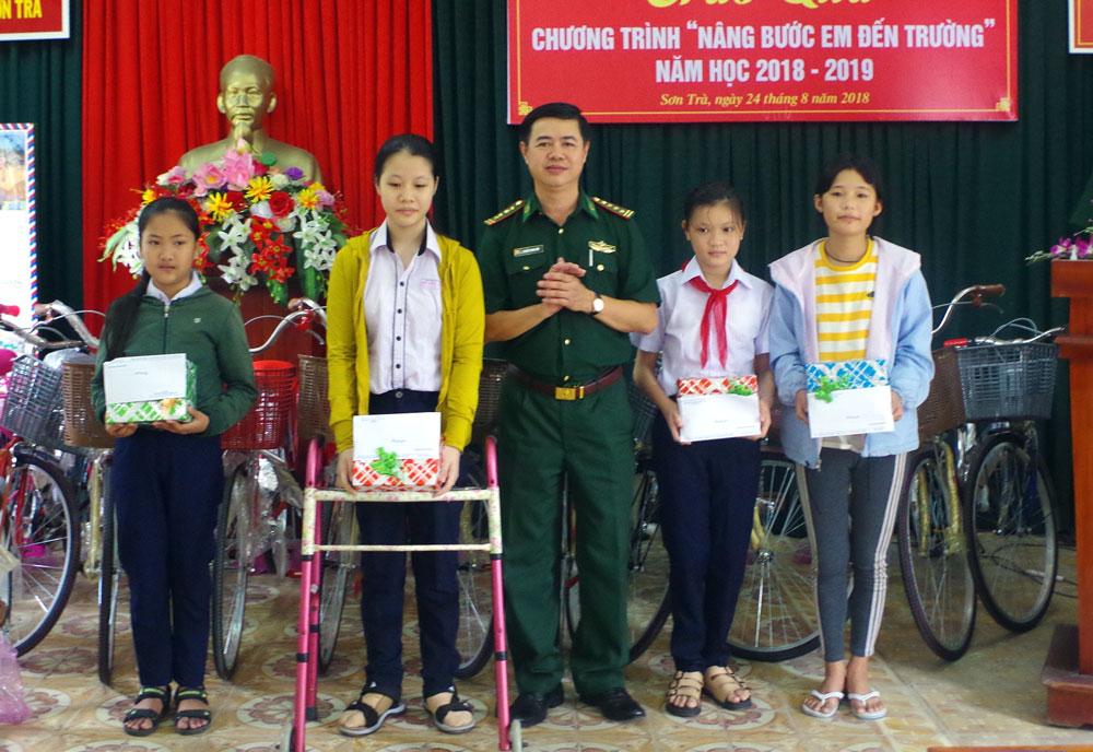 """Bộ đội Biên phòng Đà Nẵng trao 20 suất quà """"Nâng bước em đến trường"""""""