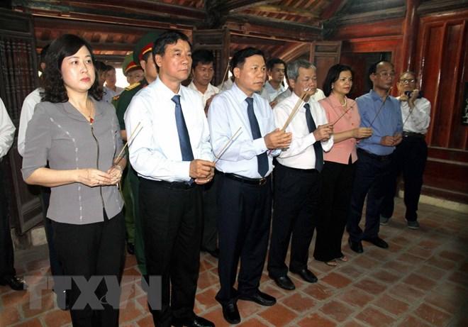 Dâng hương tưởng niệm đồng chí Lê Quang Đạo