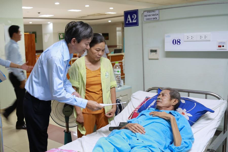 Trao tặng 250 triệu đồng cho bệnh nhân ung thư tại Bệnh viện Ung bướu Đà Nẵng