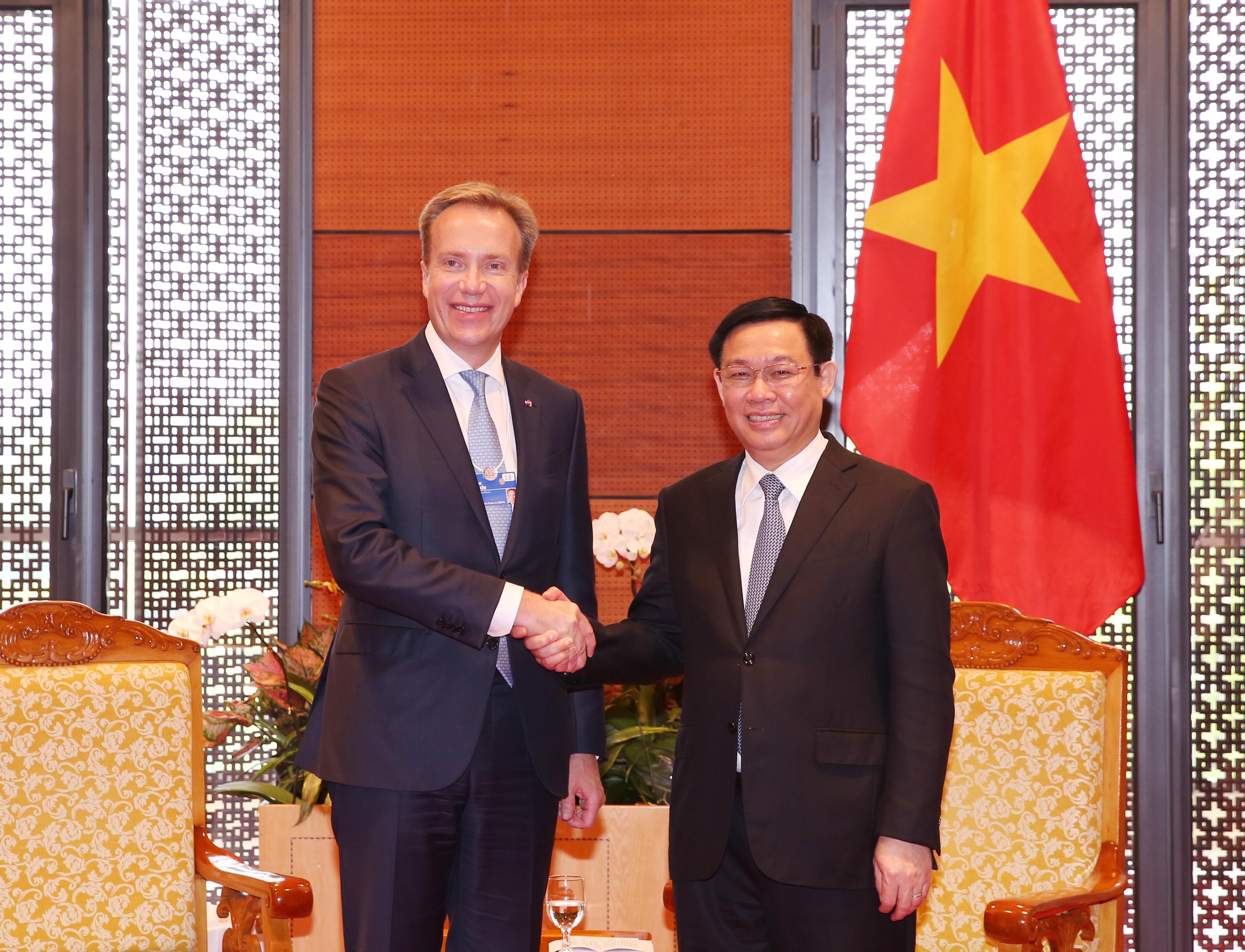 Phó Thủ tướng Vương Đình Huệ tiếp Chủ tịch điều hành Diễn đàn Kinh tế thế giới