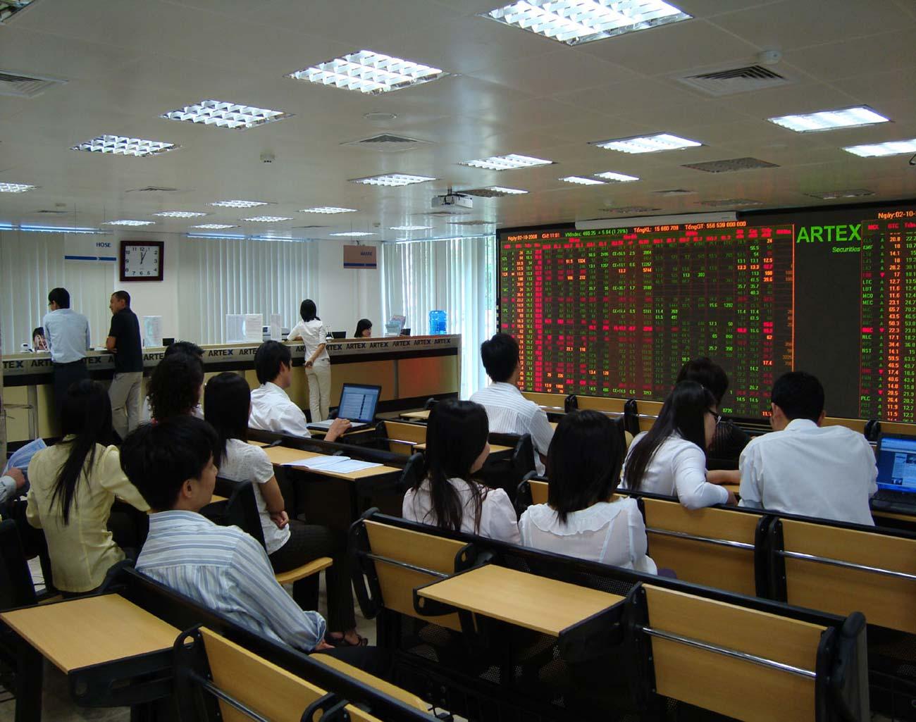 Thị trường cổ phiếu niêm yết HNX tháng 8/2018: Chỉ số ngành Tài chính tăng 5,93%