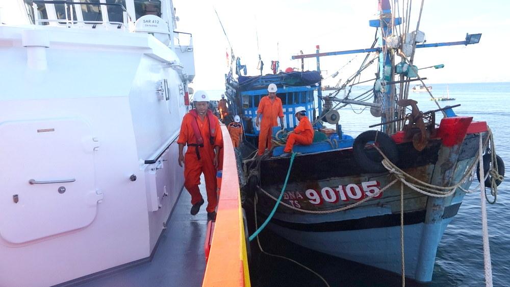 Ngư dân tàu cá ĐNa 90105 TS  gặp nạn trên vùng biển Nam Hoàng Sa về đất liền an toàn