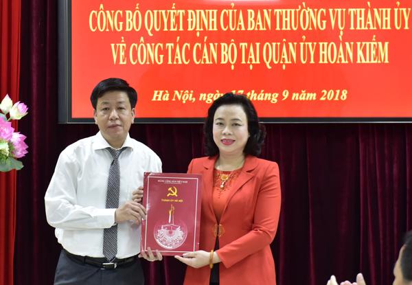 Phó Bí thư Thường trực Thành ủy Hà Nội Ngô Thị Thanh Hằng trao quyết định về công tác cán bộ