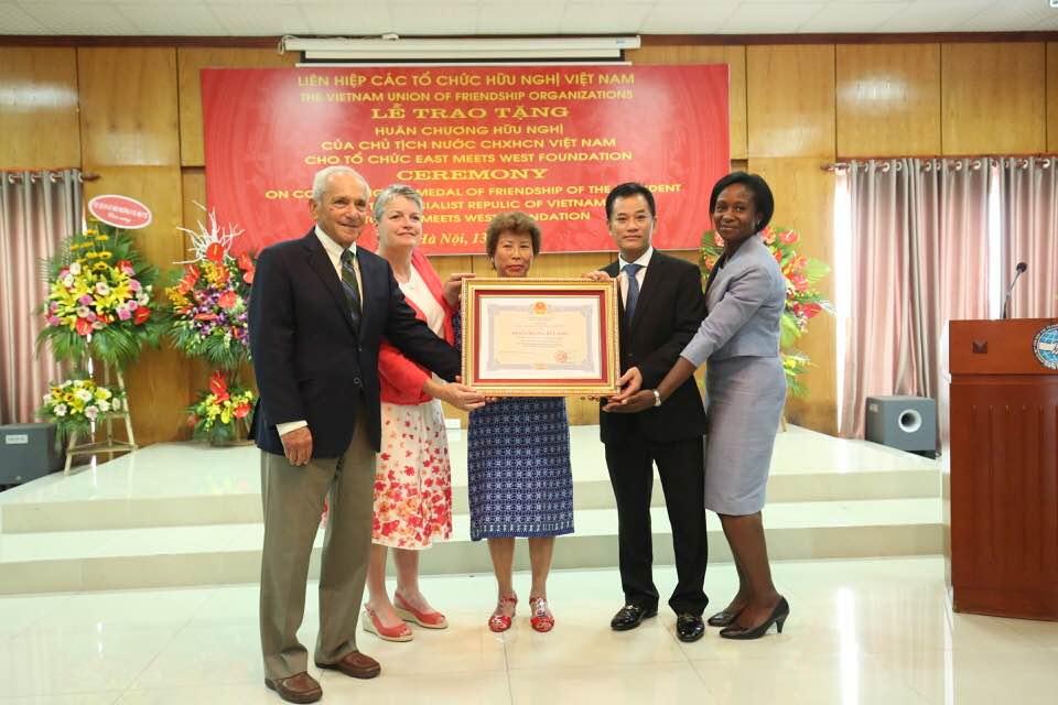 Trao tặng Huân chương Hữu nghị cho tổ chức EMWF (Mỹ)