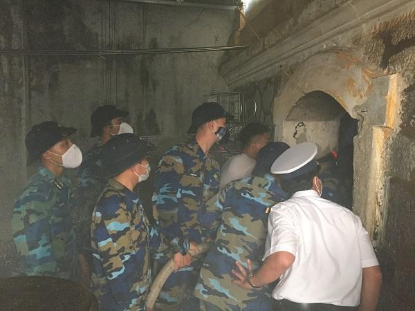 Lữ đoàn Hải quân 147 chữa cháy giúp dân