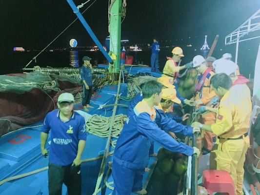 Cứu nạn thành công 15 thuyền viên tàu cá gặp nạn trên biển