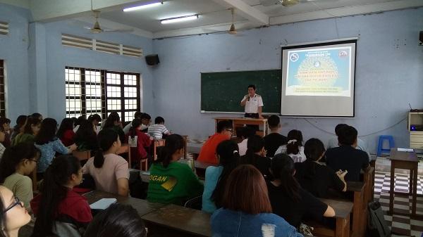 Tổ chức tuyên truyền biển, đảo cho tân sinh viên Đại học Khánh Hoà