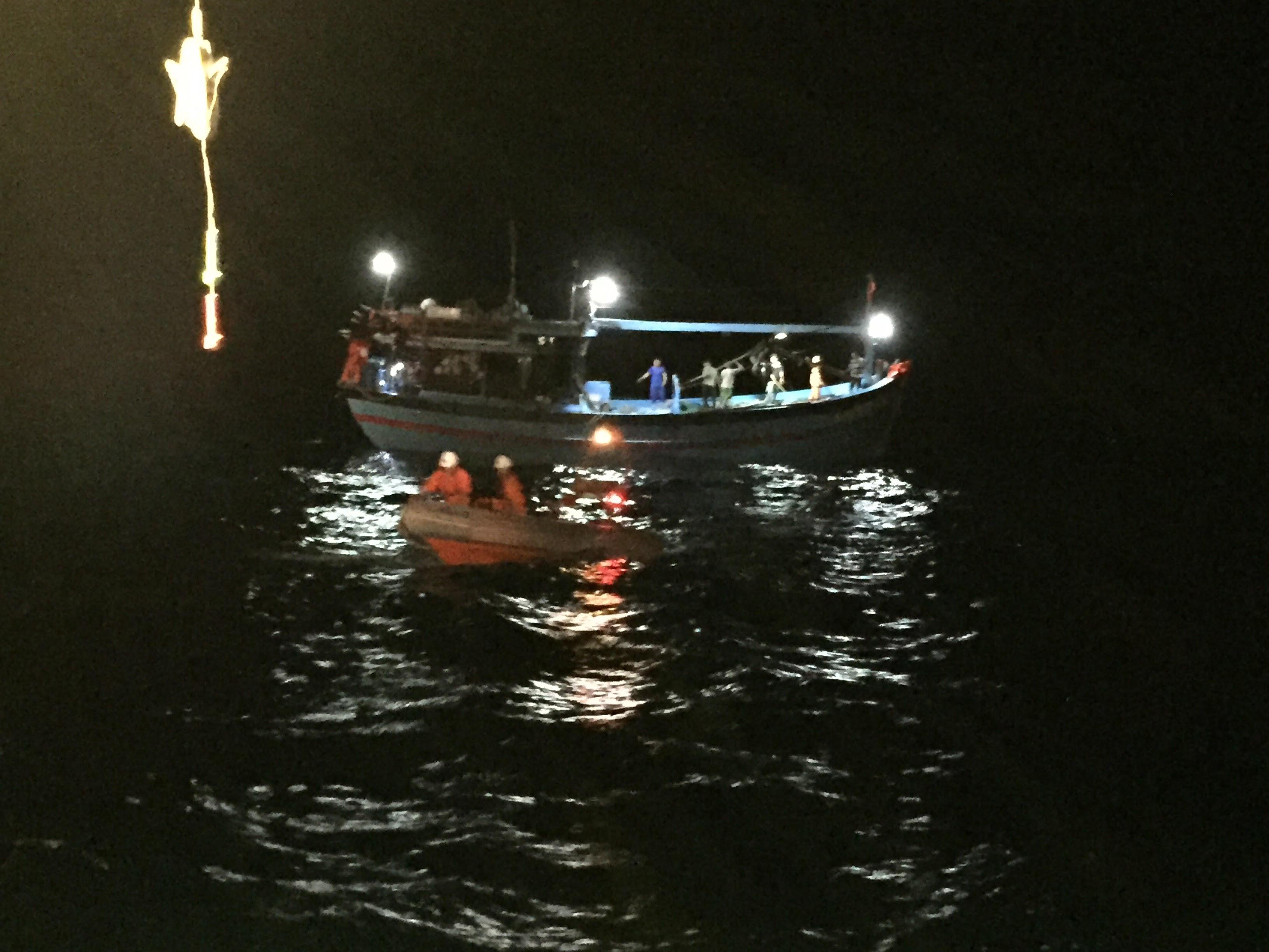 Vượt sóng dữ cứu 08 thuyền viên tàu gặp nạn