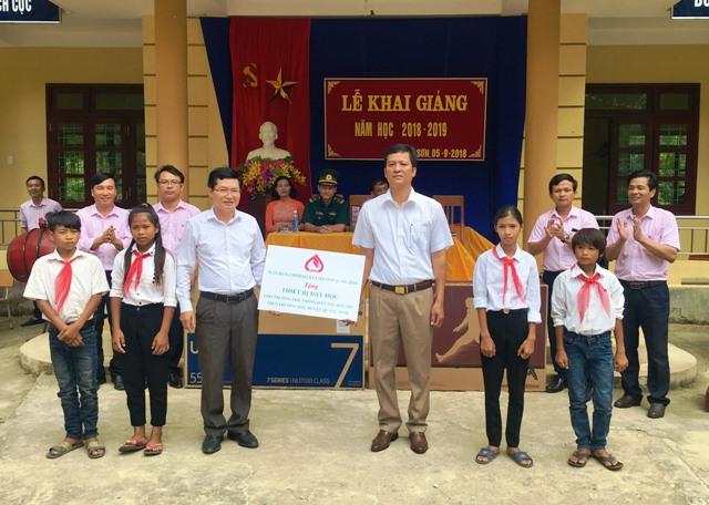 NHCSXH tỉnh Quảng Bình tặng quà cho học sinh nhân dịp khai giảng năm học mới