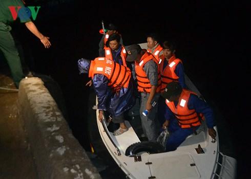 Đưa 2 ngư dân Quảng Ngãi gặp nạn do cháy tàu cá trên biển vào bờ an toàn