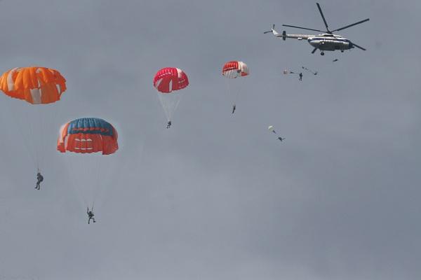 Sư đoàn Phòng không Không quân 371 thực hành huấn luyện nhảy dù