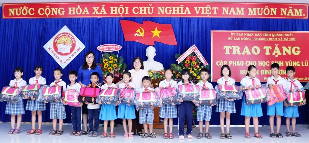 Quảng Ngãi: Trao tặng cặp phao cho học sinh vùng lũ