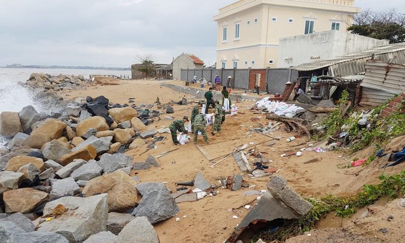 Phú Yên: Nhiều hộ dân lo lắng vì triều cường, sóng lớn