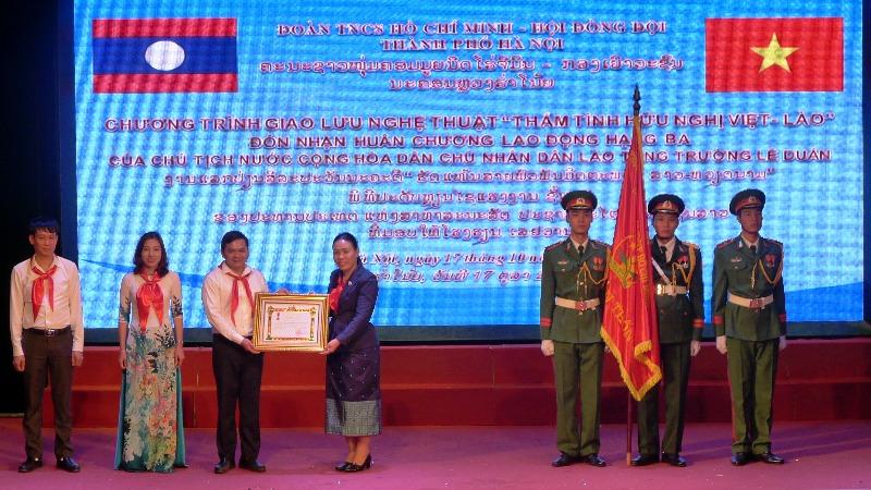 Trường Lê Duẩn đón nhận Huân chương Lao động hạng Ba của Nhà nước Lào