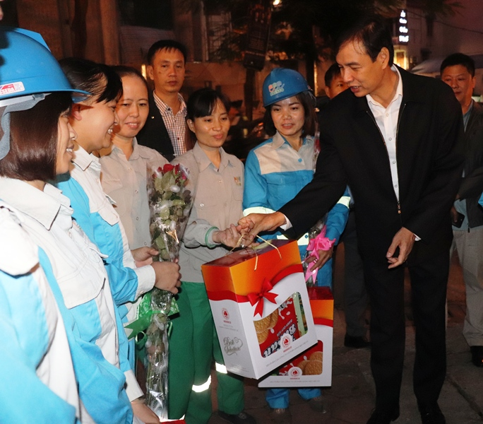 """Chương trình """"Hoa về trên phố"""" động viên phụ nữ ngành vệ sinh môi trường"""