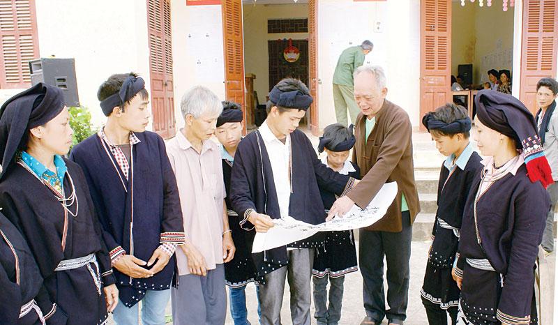 Đồng bào các dân tộc vùng cao Đà Bắc học và làm theo Bác