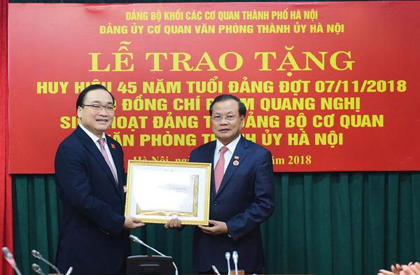 Bí thư Thành ủy Hà Nội trao huy hiệu Đảng cho các đồng chí lão thành cách mạng