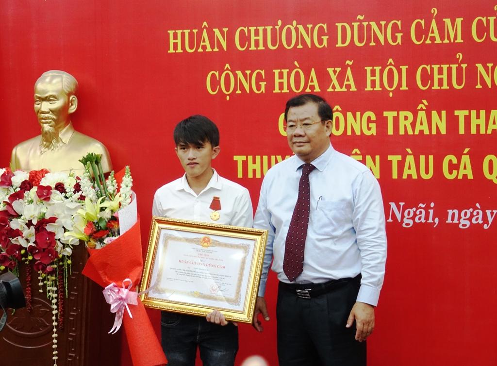 Trao tặng Huân chương Dũng cảm cho ngư dân trẻ