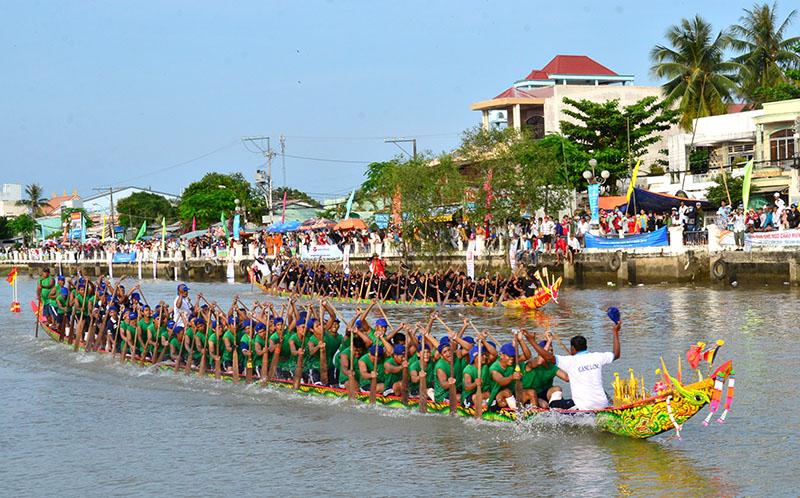 Tưng bừng giải đua ghe Ngo mừng lễ hội OkOmBok của đồng bào Khmer