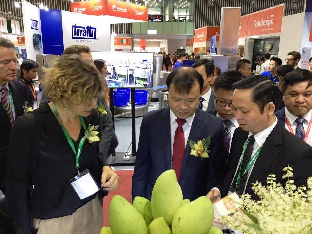 Khu gian hàng của Bộ Nông nghiệp & Phát triển nông thôn thu hút đông khách giao dịch