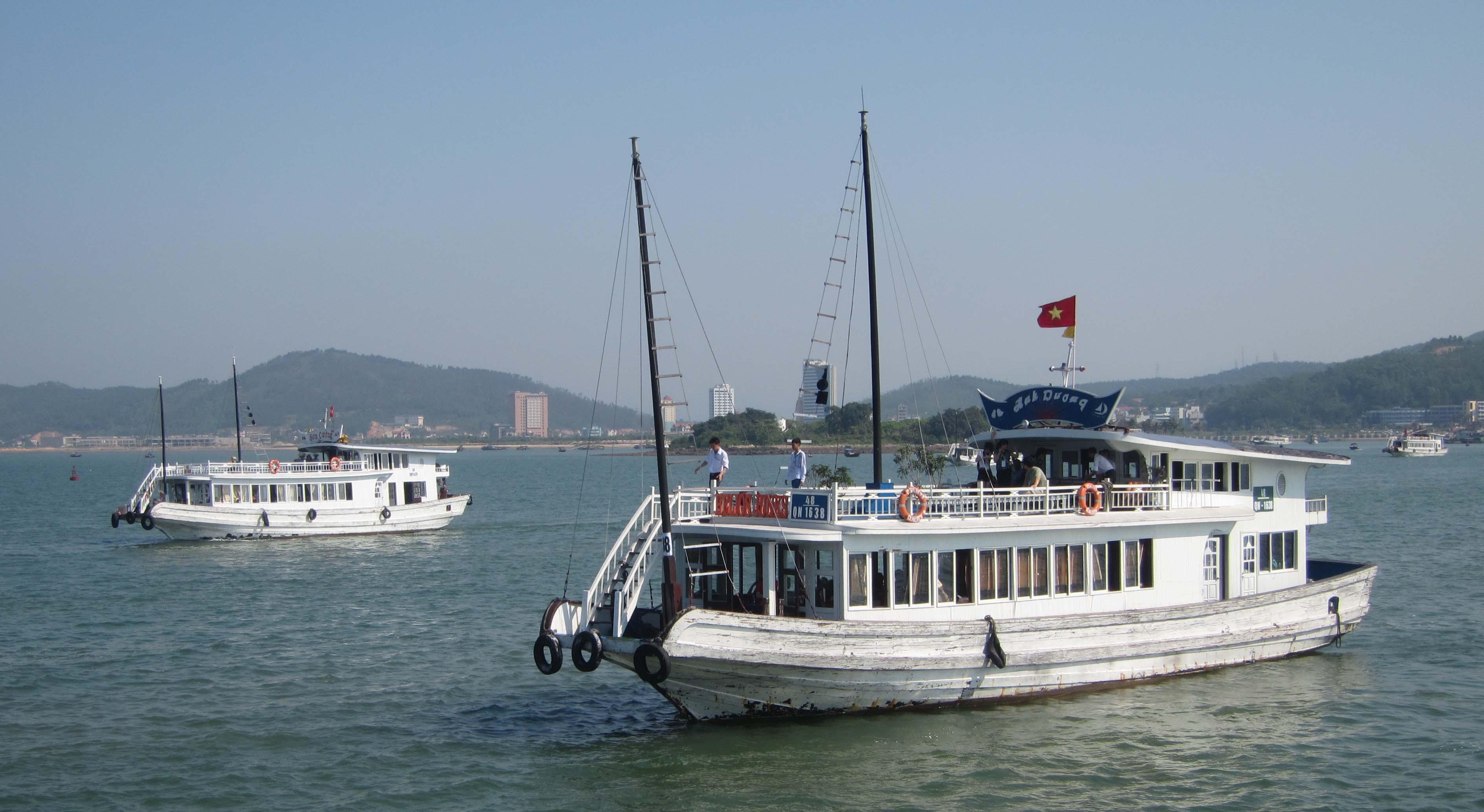 Tổng kiểm tra các tàu du lịch trên vịnh Hạ Long và Bái Tử Long