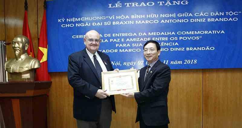 """Trao tặng Kỷ niệm chương """"Vì hòa bình hữu nghị giữa các dân tộc"""" cho Đại sứ Brazil"""