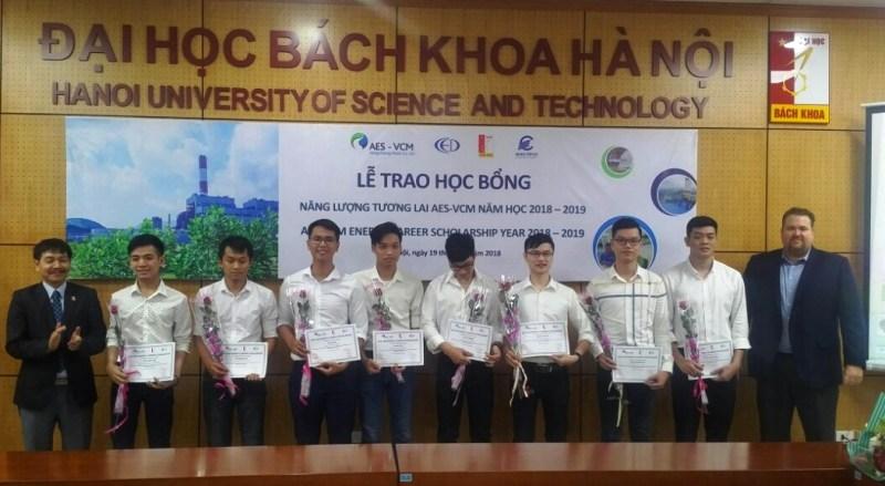 Trao tặng học bổng cho sinh viên xuất sắc ngành Điện
