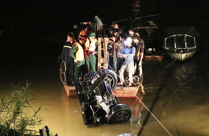 Đã tìm thấy 2 nạn nhân trong vụ xe ô tô lao xuống sông Hồng