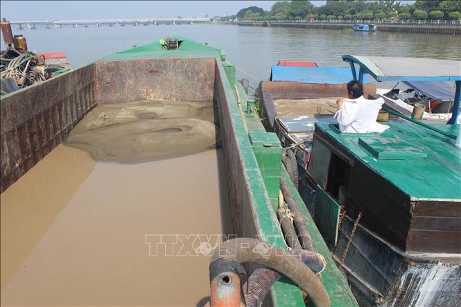 Bắt quả tang vụ bơm hút, vận chuyển cát trái phép trên sông Đồng Nai
