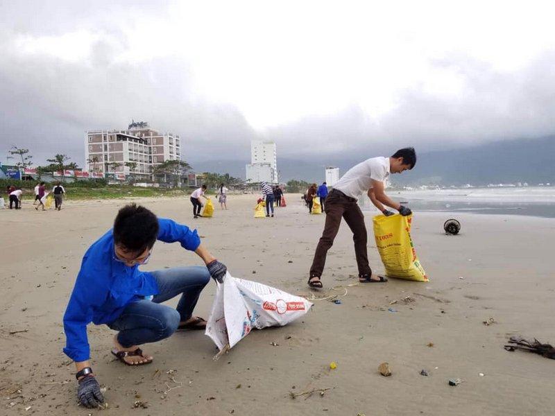 Bãi biển Đà Nẵng trở lại bình yên, sạch đẹp sau mưa lụt