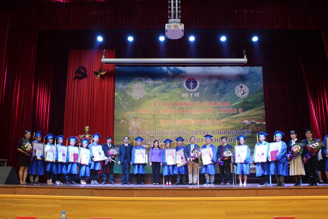 Bộ Y tế bàn giao 14 bác sĩ trẻ tình nguyện về công tác tại các huyện nghèo