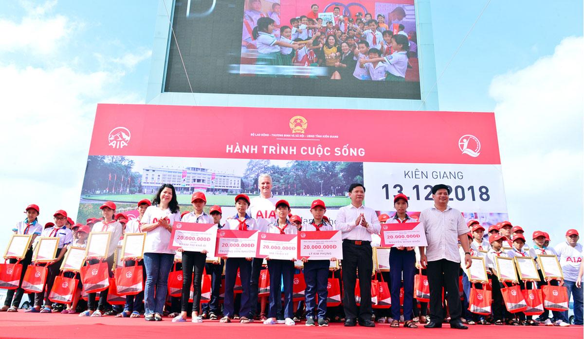 Trao tặng 100 chiếc xe đạp cho trẻ em khó khăn tỉnh Kiên Giang