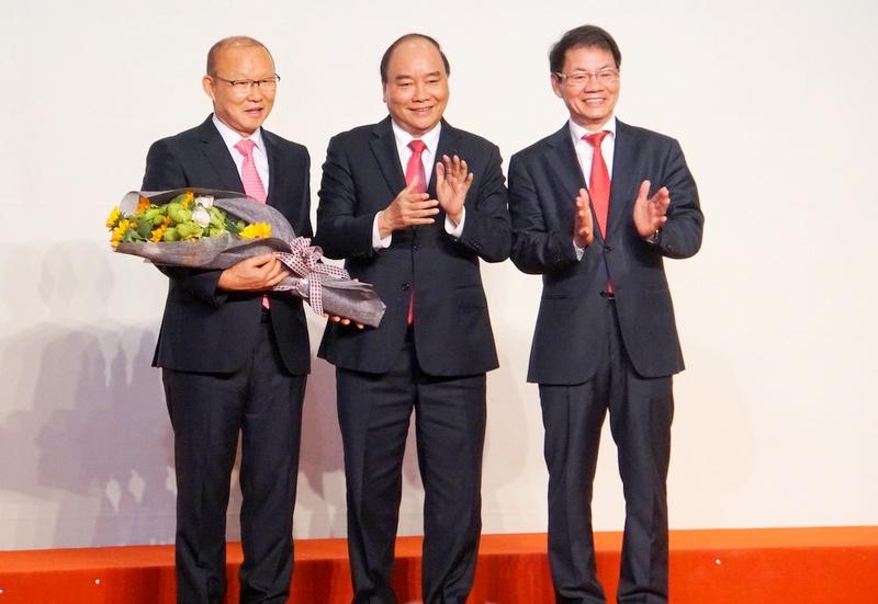 HLV Park Hang Seo dành phần thưởng làm từ thiện và phát triển bóng đá Việt Nam