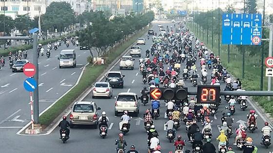 Chấn chỉnh tình trạng xe máy lưu thông trái phép vào làn đường ô tô tại TP Hồ Chí Minh