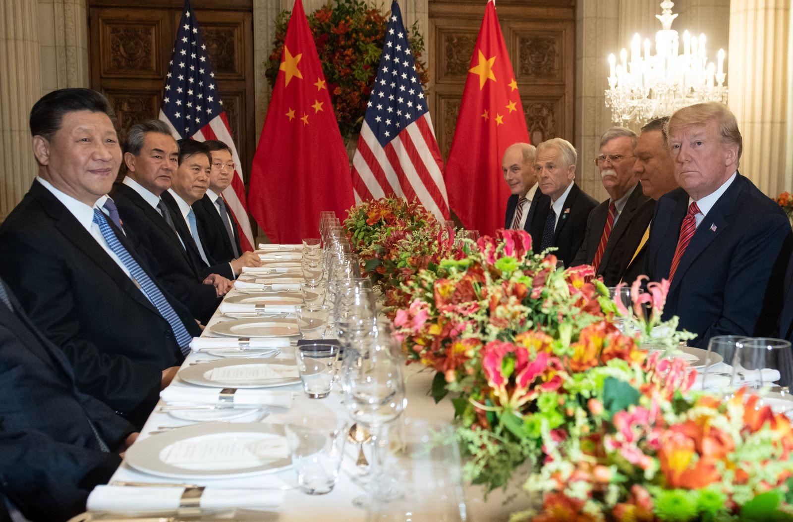 """Thế giới tuần qua: Mỹ và Trung Quốc nhất trí """"đình chiến thương mại"""""""