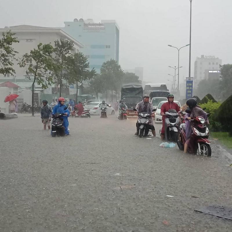 Đà Nẵng ngập sâu do mưa lớn