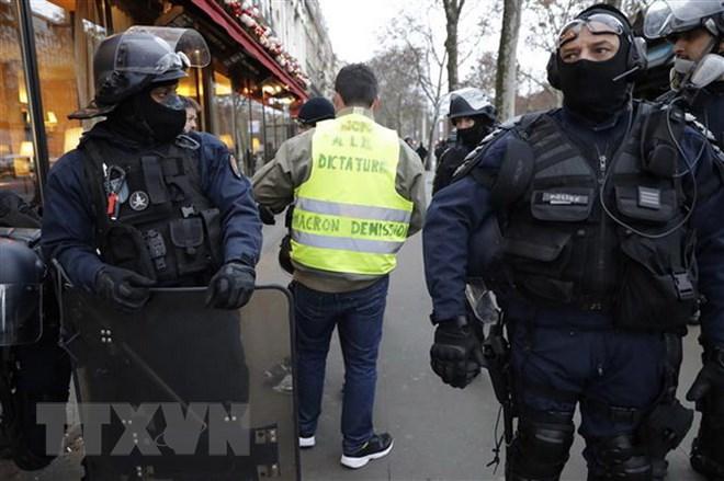 Khuyến cáo công dân không đến Pháp hai ngày cuối tuần